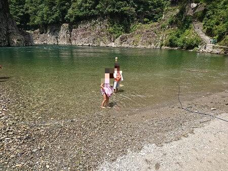 子供たち川で遊ぶ