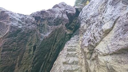 岩の割れ目に続く階段