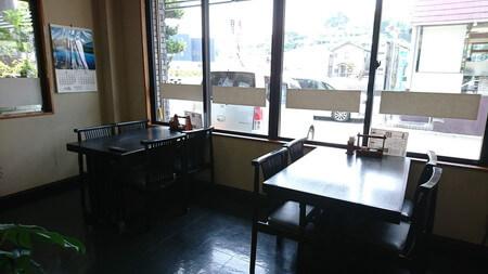 岡本淡水 店内 テーブル席