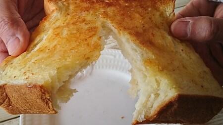銀座の食パン~香り 二つに割る