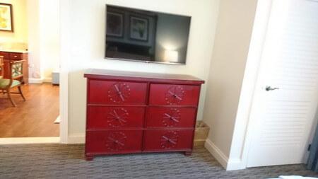 キングベッドの部屋のテレビとタンスとクローゼット