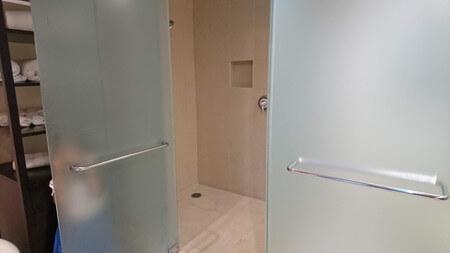 キングベッドの部屋奥のバスルーム