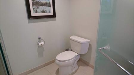 キングベッドの部屋奥のトイレ
