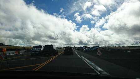 マウナケア山頂へ続く道付近