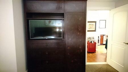 キングスランド ツインベッドの部屋のテレビとタンス