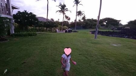キングスランドのお庭を走る娘