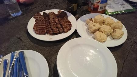 焼きあがったお肉とおにぎり