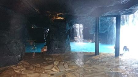 滝の中の洞窟