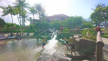 子供用プールで遊ぶ子供たち