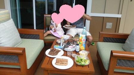 ベランダのテーブルとソファー