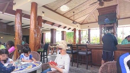 ビストロ&ラウンジ テーブル席とカウンター席