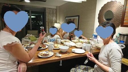 ダイニングテーブルで夕食