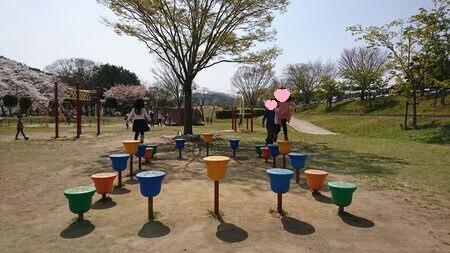 宮リバーの遊具で遊ぶ子供たち