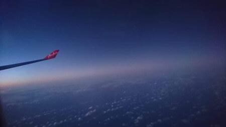 飛行機の羽と空