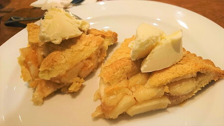 アップルパイにバニラアイスをのせて