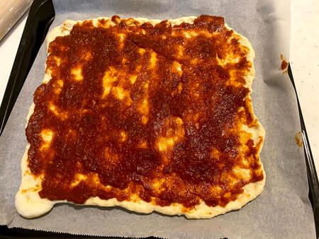 ピザ生地にピザソースを塗る