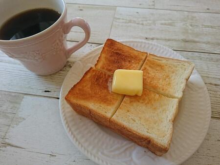 トーストした食パンにバターを乗せる