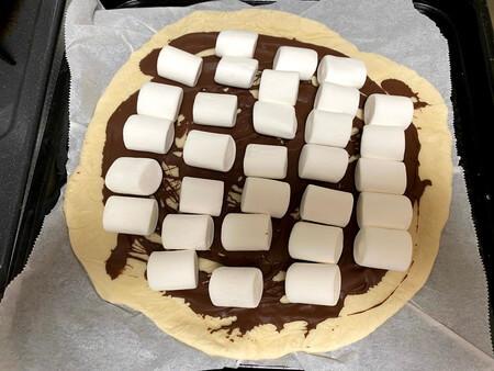 ピザ生地にチョコとマシュマロをのせる