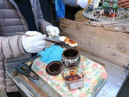 焼だんごに 味噌を塗る