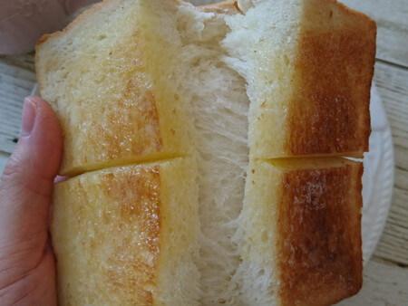 トーストした食パンを半分にする