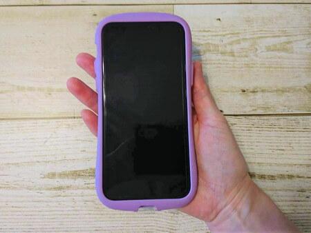 iPhoneを持つ