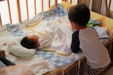ベビーベッドで寝る赤ちゃん