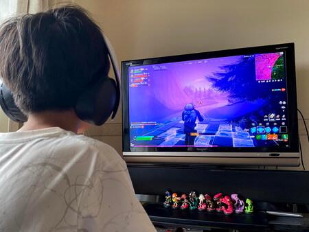 テレビゲームをする男の子
